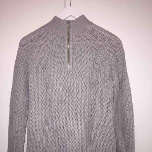 säljer en grå tröja med dragkedja bakpå från only! väl använd!