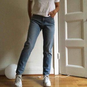 Skitsnygga mom jeans, använda en gång, som nya. Säljes endast pga platsbrist. Möts upp i sthlm 💜