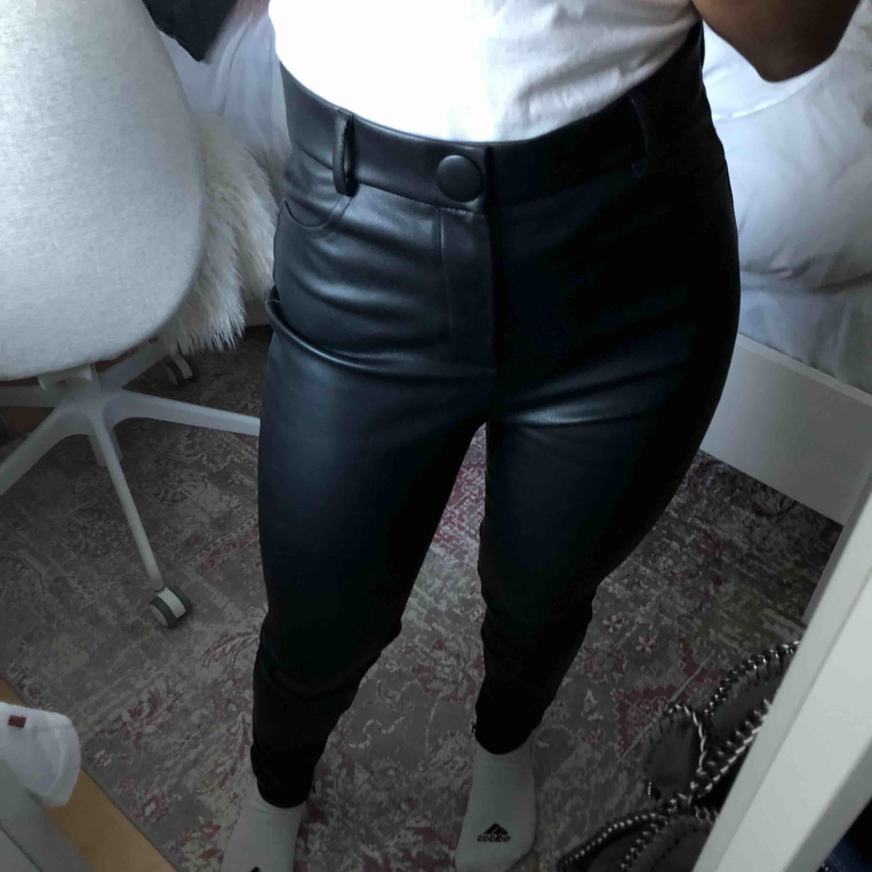 Super fina skin byxor från ZARA🥰 Aldrig använda Storlek M men passar även S Säljer pga de passar inte mig💘. Jeans & Byxor.