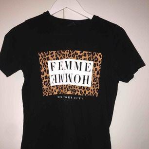 säljer superfin t shirt med leopard tryck på! köpt på ginatricot! aldrig använd så superfint skick!