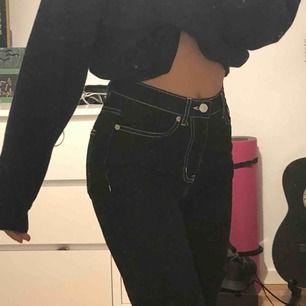 Jeans från junkyard, sitter inte jättetajt. De är lite längre vid benen (på bilden har jag vikt upp de lite, är 160). Modellen är slim high waist. Använt 1-2 gånger. Köpta för 400kr, meddela mig för fler bilder på modellen.