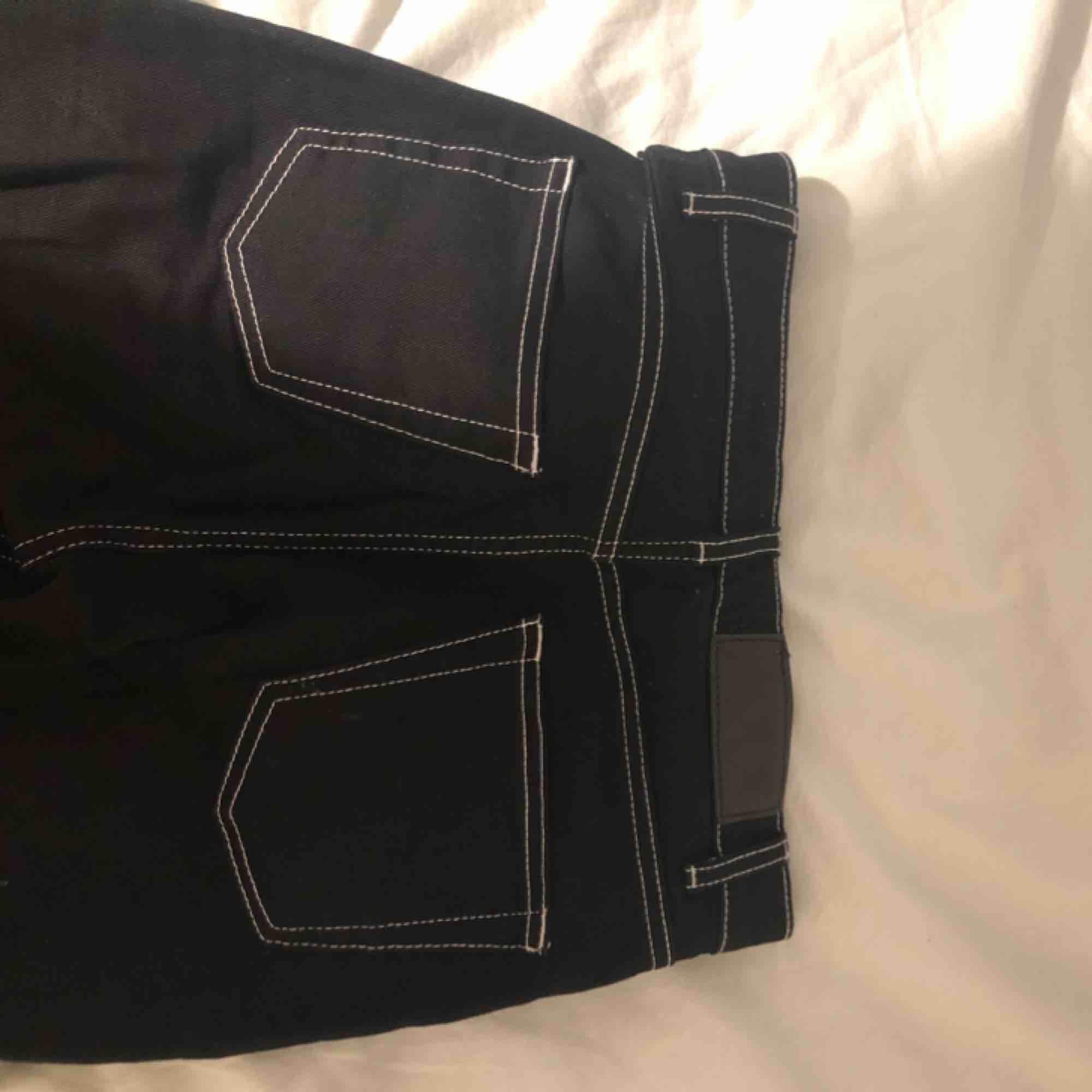 Jeans från junkyard, sitter inte jättetajt. De är lite längre vid benen (på bilden har jag vikt upp de lite, är 160). Modellen är slim high waist. Använt 1-2 gånger. Köpta för 400kr, meddela mig för fler bilder på modellen.. Jeans & Byxor.