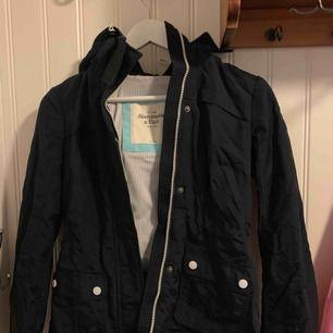 Säljer en vår/höst jacka från A&F. Köpt i new york och en av mina favoritjackor. Dock har den inte lika stor användning idag som när den köptes tyvärr och därför säljer jag den