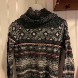 Säljer en superskönt stickad tröja med mönster och stor krage!!!