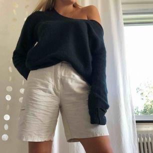 Svart stickad oversize-tröja, använd 1-2 ggr men blivit lite nopprig (syns på bilden) men superenkelt att noppra av och då är den i toppskick. Möts i sthlm 💘