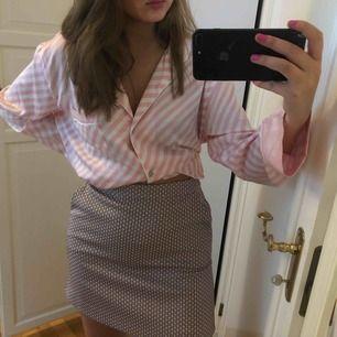 Supersöt kjol från Stefanel med fickor på sidan, dyr i inköp, passar 36-38,
