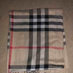 Burberry halsduk i super fint kvalié, perfekt nu till hösten🌸skriv om ni är intresserade eller har frågor