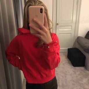 superskön hoodie från barnavdelningen på Cubus, passar en XS eller S 🥰 köparen står för frakt (54kr)