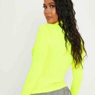 Snygg ribbad neon-polo tröja i gul, väldigt strechig