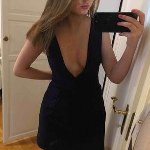 Marinblå djupt urringad klänning från zara, snygg med skjorta under!