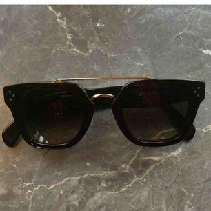 Superfina Celine solglasögon använda några få gånger. Jag köpte på preisler i Malmö för ett år sedan, då kostade dem runt 4700, jag säljer nu för 2500. Modellen produceras inte längre. Inga repor finns!
