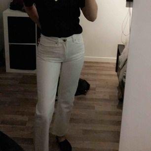 Säljer mina raka vita jeans från Weekday, använd ca 3-4 gånger och tvättade 1 gång. Säljer pågrund av att jag känner att jag ej kommer använda dem! Storlek W 25 L 28. Köparen står för frakt!