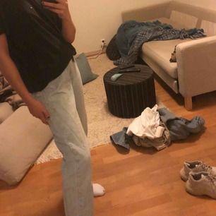 Second hand jeans från Levis. Använts få gånger pga att de är förstora för mig, är dock en 34 i jeans. Frakten står ni för priset kan såklart diskuteras:) de är lite baggy.