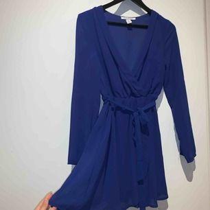 Mörkblå fin klänning från Nelly. Använd fåtal gånger, nyskick. Köparen står för frakt