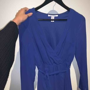 Mörkblå fin klänning från Nelly. Använd endast en gång, nyskick. Frakt ingår!