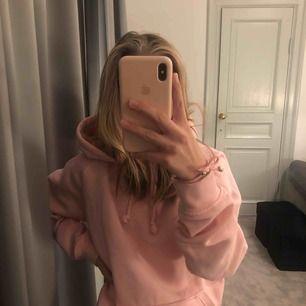 supermysig, ljusrosa och oversized hoodie från BikBok, bra skick! nypris: 299kr. frakt: 72kr  !!!säljer en likadan hoodie, men i färgen lila och storlek M (finns i min profil!!!