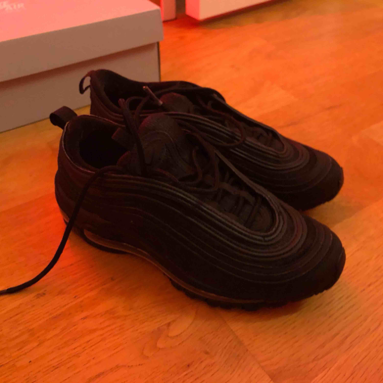 Airmax 97:or i nästintill nyskick. Har max använt dem i en vecka o säljer då de inte är min stil. Köpte dom på footlocker för 1850kr. Frakt tillkommer. Skor.