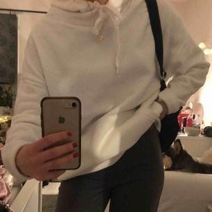Vit oversized hoodie med mjukt material inuti!! Knappt använt och i bra skick. Passar mig som är XS/S