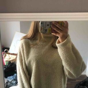 En Teddy tröja från bikbok