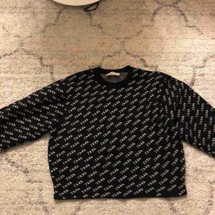Extremt populär tröja från zara<3 köp för några månader sedan men ej använt alls mycket. Strl M men är som en XS eller liten S. Frakt 63kr<3