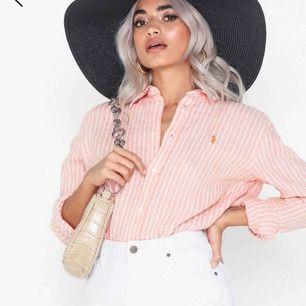 Säljer denna skjortan från Ralph Lauren, aldrig använd prislapp osv sitter kvar. Nypris 1195kr, säljer för 900 och där ingår frakt. Kan skicka fler bilder! Hör av dig för mer info/bilder. :)