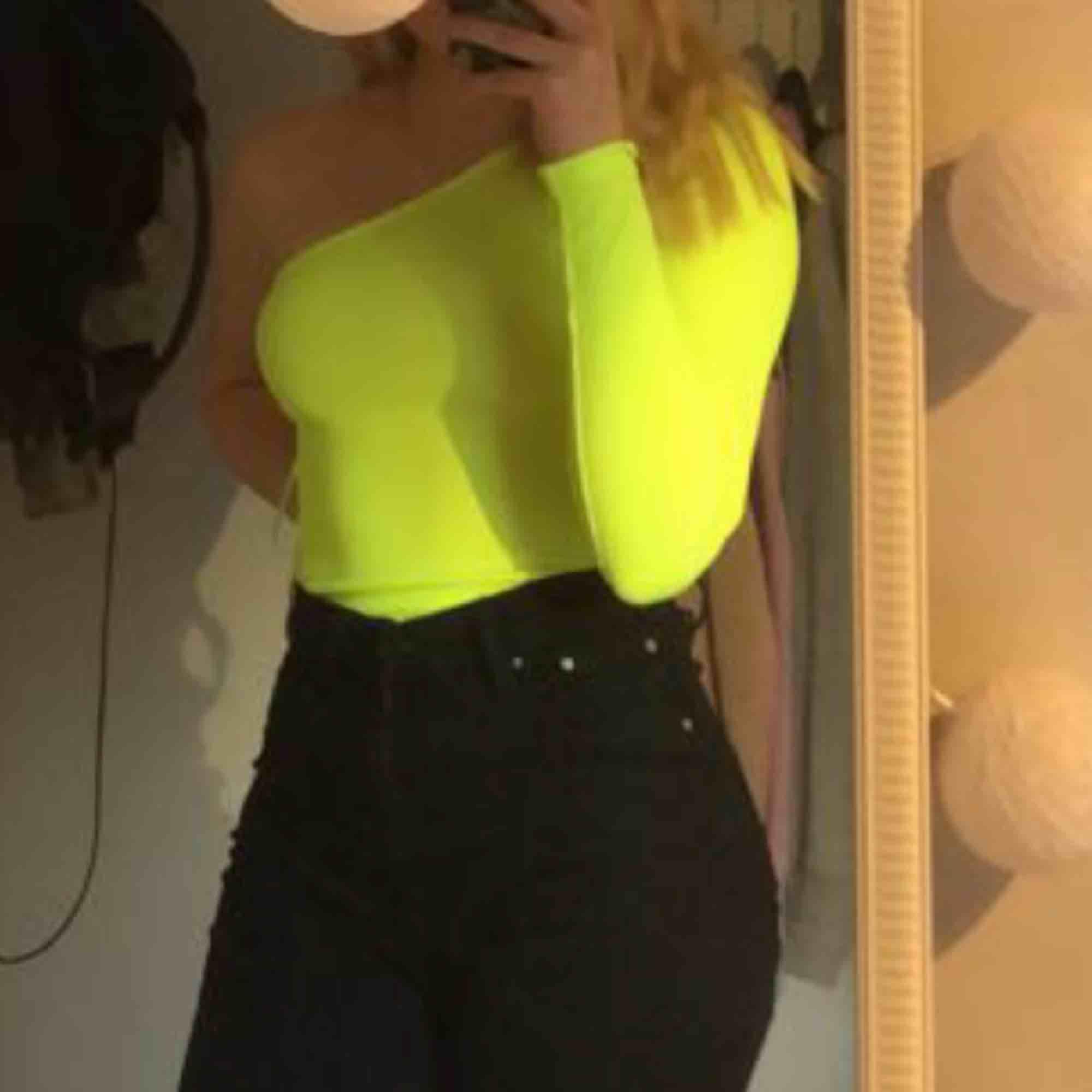 Neon gul tröja från Bershka. . Toppar.