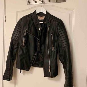 Säljer min fake-skinn jacka från Chiquelle! Är i superfint skick då den knappt är använd! Det är en 38a men sitter som en 34/36a i storleken!