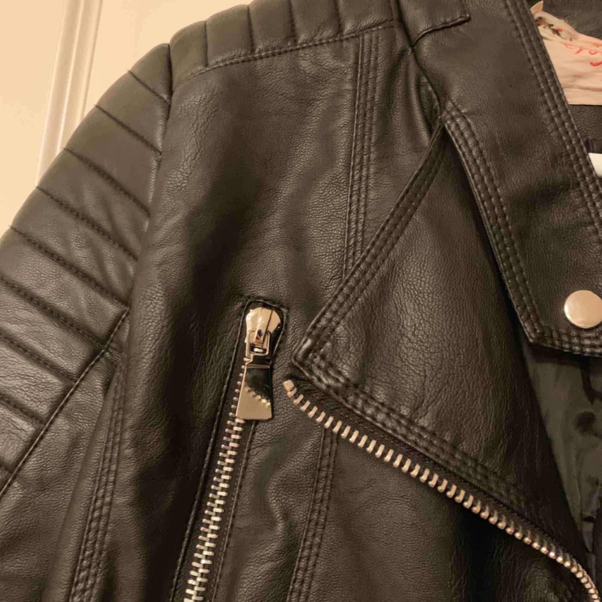 Säljer min fake-skinn jacka från Chiquelle! Är i superfint skick då den knappt är använd! Det är en 38a men sitter som en 34/36a i storleken!. Jackor.