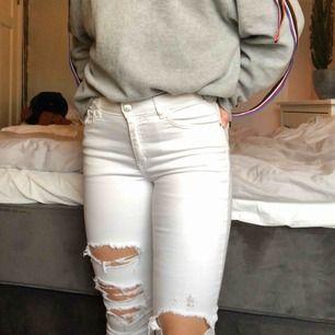 Vita jeans med slitningar från mango. Väldigt stretchiga. Köparen står för frakt.