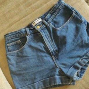 Snygga högmidjade shorts