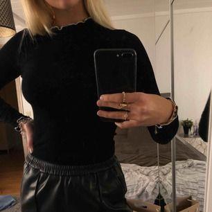 Skön tunn tröja från zara, storlek S🧚♀️ kan mötas upp i Uppsala eller så tillkommer frakt ( eftersom tröjan väger ganska lite blir frakten ej så mycket) ☺️