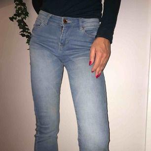 Blåa jeans från New Yorker storlek 25 middle waist. Nyköpta: 250kr nu:75kr. Blåa jeans från New Yorker middle waist i bra skick. Inköpta för ca 8 månader knappt använda.