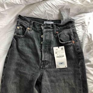 säljer dessa snygga jeans från zara då de är för små och alldeles för långa. jag är 167 och släpar en stor del av byxan i marken så passar något runt 175. aldrig använda och fläckarna (se bild 3) var där när jag köpte dem, så antar att det ska se ut så