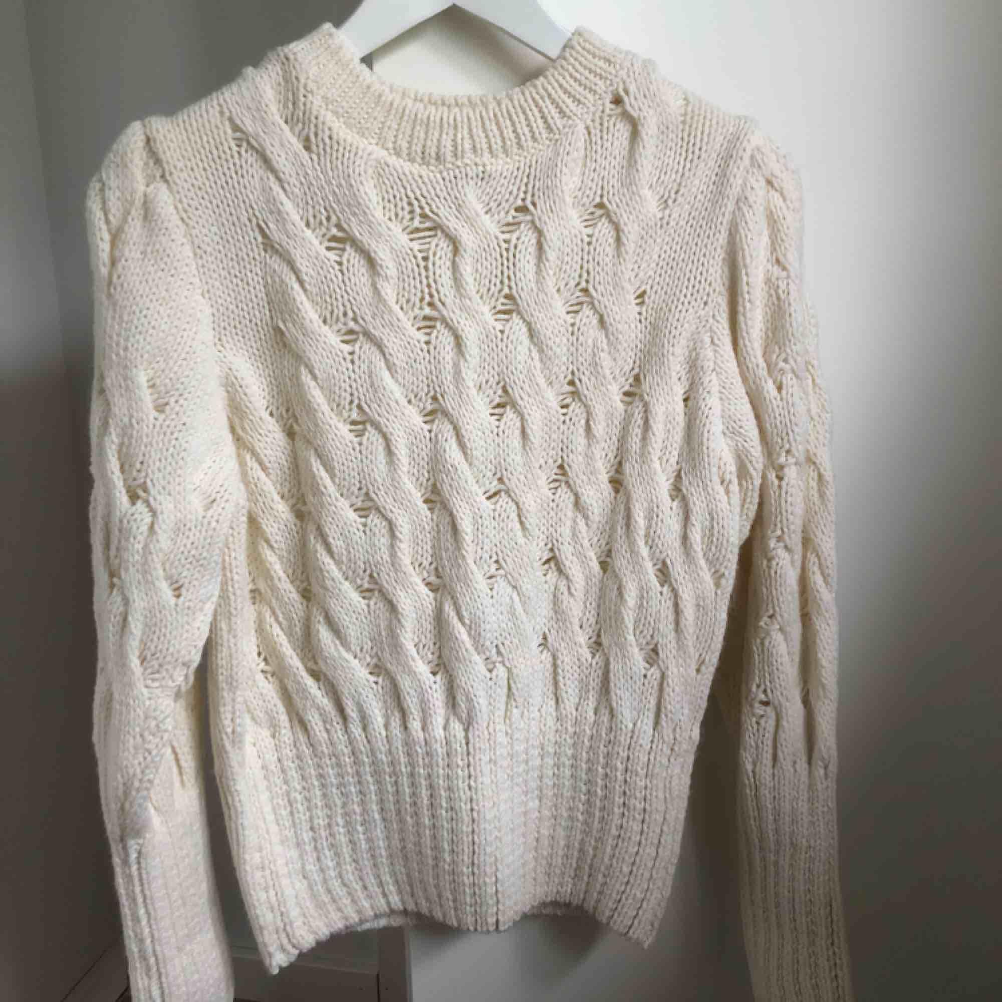 Tjock stickad tröja, som aldrig är använd! I väldigt bra skick! Nypris: 399kr. Stickat.