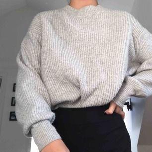Stickad tröja från H&M. Varm och skön, perfekt till vinter och hösten.