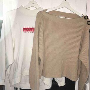 Fina hösttröjor. Den vita är i ganska bra skick och den beige är aldirg använd. Båda för 100, en för 55.