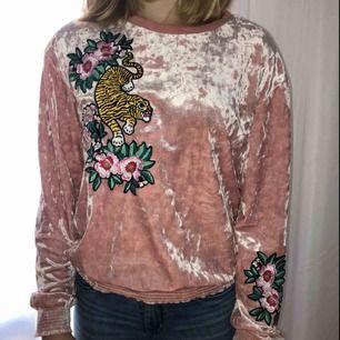 Sammets (?) tröja i storlek 158/164 men är som en XS. Kan mötas upp i Sthlm eller så betalar köparen för frakt