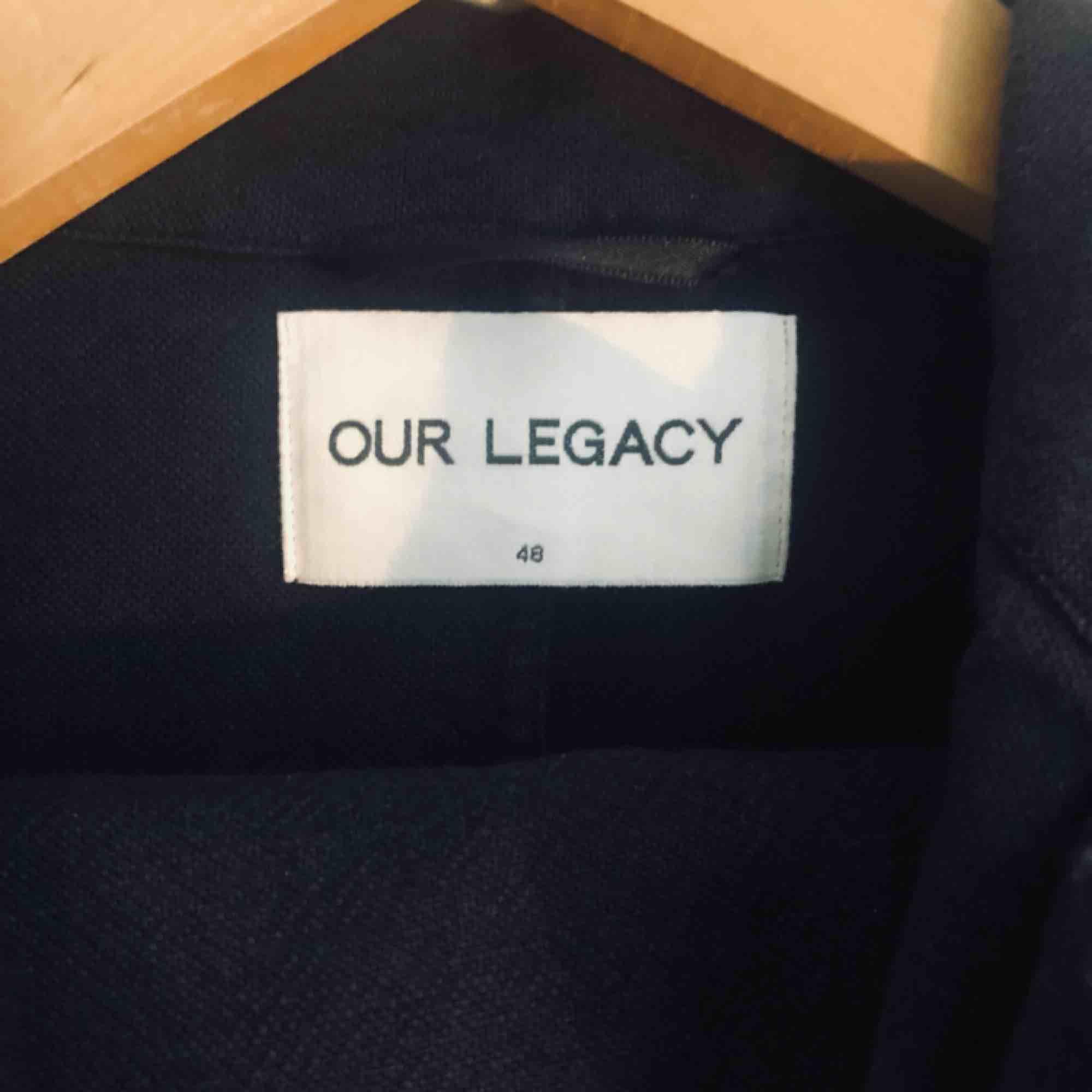 Linne-kavaj från Our legacy, otroligt tidlös och kvalitativ kavaj (mörkblå). Kostymer.