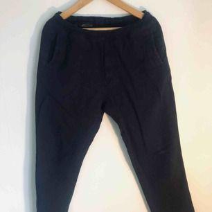 Kostymbyxa tillhörande kavajen i mörkblå linne som också finns utlagd (möjlighet till paketpris på 899:-)