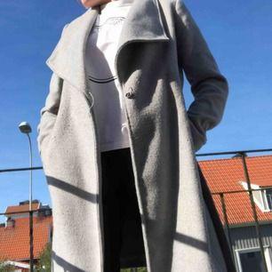Grå ull-kappa från VILA i strl S med knappar och knytning i midjan. Frakt 80kr