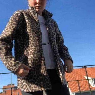 Leopard fleece som funkar som jacka eller kofta och värmer bra med fickor och dragkedja. Frakt 79kr