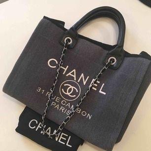 PRISSÄNKT!! Väska inspirerad av Chanel. I tyg och skinnimitation. Stor o rymlig Fin och kan skickas spårbart för 63kr som köparen står för.