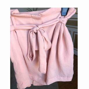 Rosa shorts i fladdrigt material, sköna på sommaren!