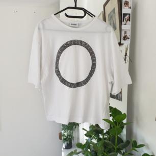 Snygg simpel t-shirt! Fint skick! Frakten är inkluderad i priset :)