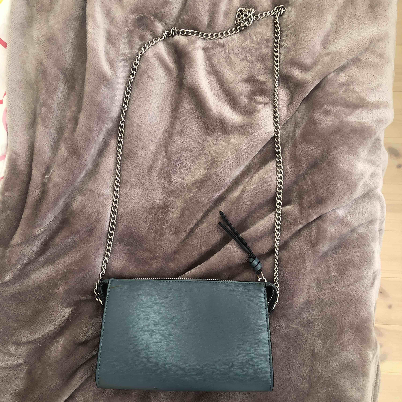 Grön väska med silverkedja, aldrig använt och i gått skick, slutsåld i butik 🌵🌵. Väskor.