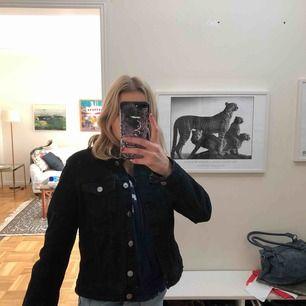 Svart jeansjacka från Zara, endast använd några få gånger under våren😎