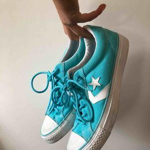 Converse i en härlig tukos/ljusblå färg!💙 Aldrig använda, det slitna beror på att de legat i en låda och skavt emot andra skor. Så de är i bra skick och behöver nya användare!!