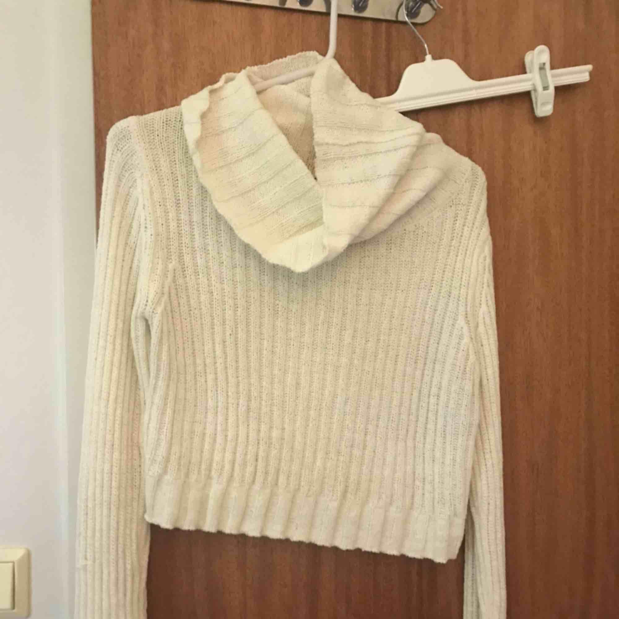 Croppad stickad tröja från vinbok, använd fåtal gånger.. Stickat.