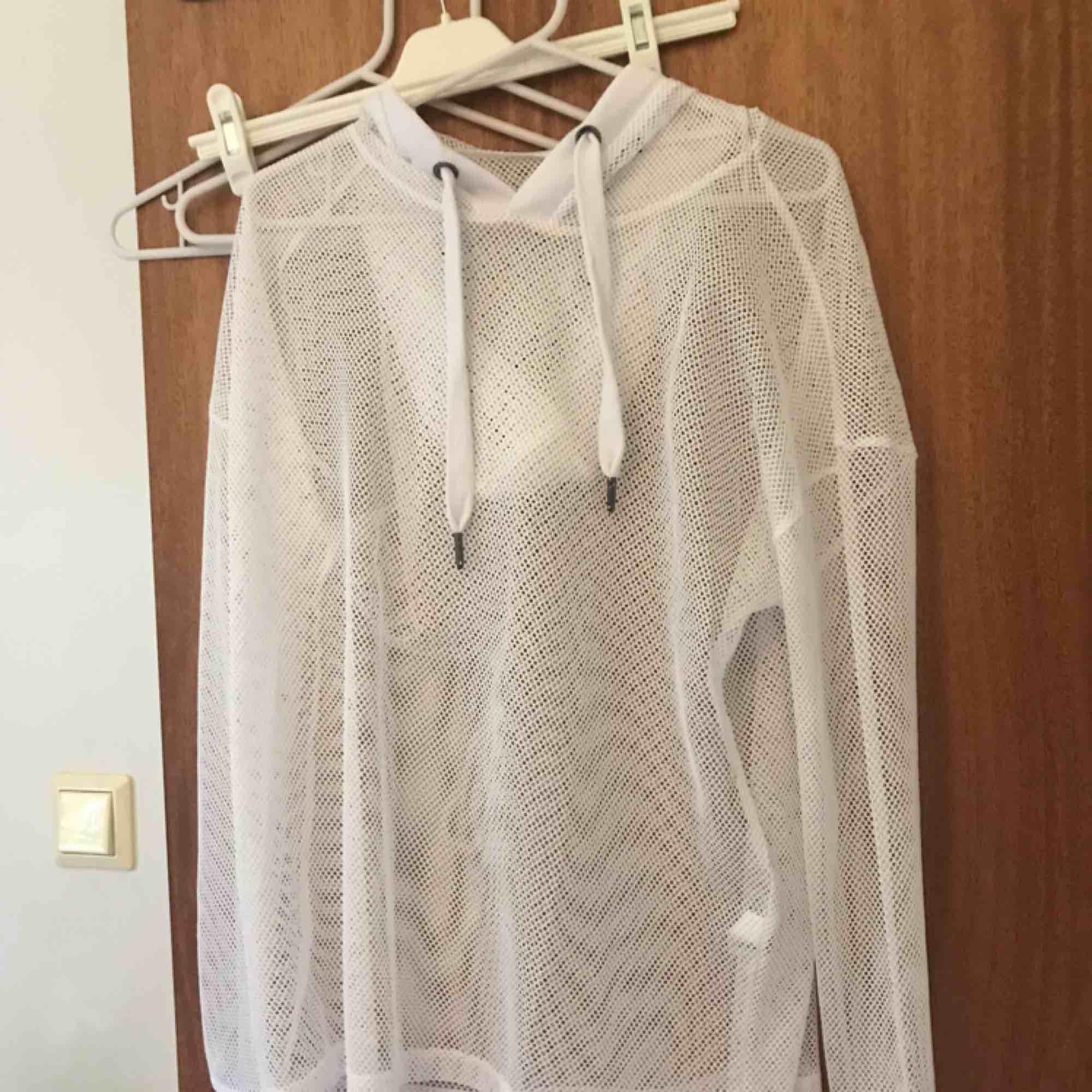 """""""Genomskinlig"""" hoodie, oanvänd.. Huvtröjor & Träningströjor."""