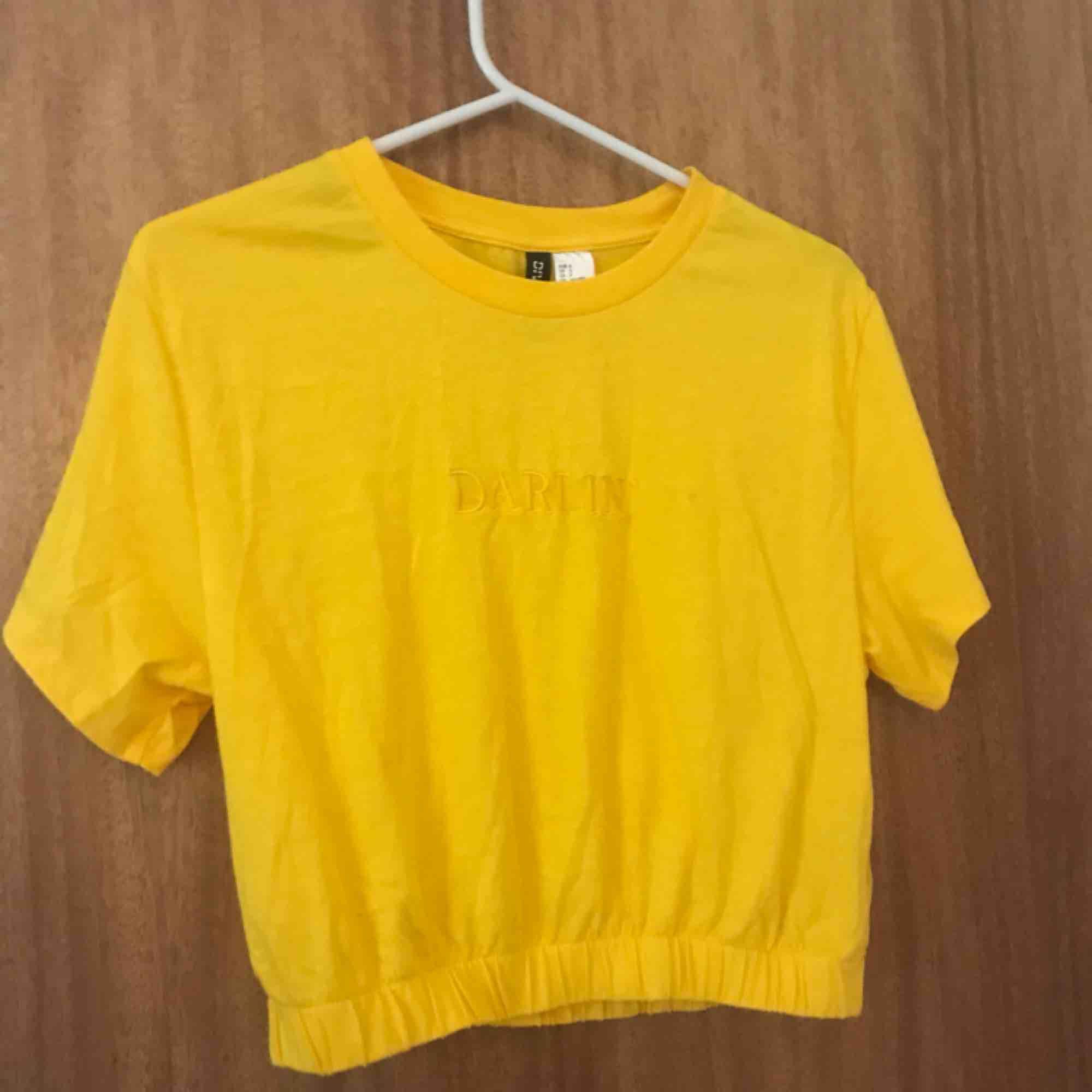 """Gul tröja med text """" DARLIN' """" från H&M.. Toppar."""